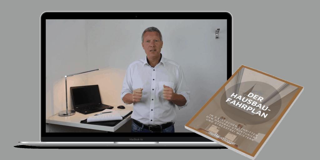 Mockup meines Onlinekurses zum Thema Hausbau im Laptop und mit Buchdeckel